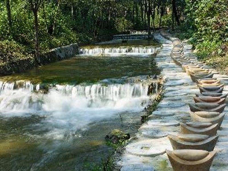 虎山风景区以自然风光为主,山下有湖泊,山间有寺院.
