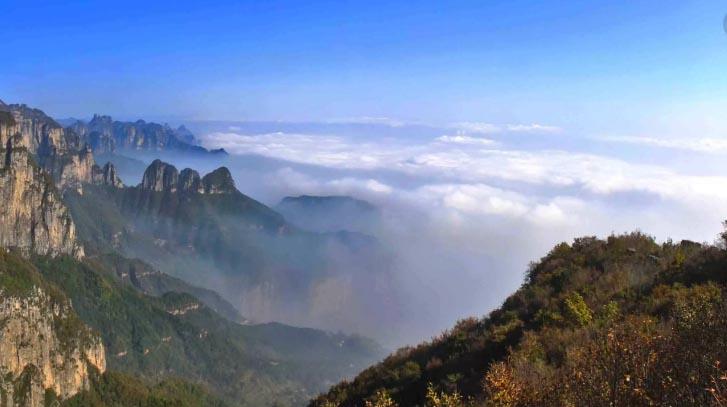 东太行景区是一处集太行山雄、奇、险、峻于一体的山岳型景区,山势巍峨峥嵘,磅礴大气。登临东太行,可观峰海、峰墙的壮美景观,峰林、峰柱的奇秀景色,奇石、异石的巧夺天工。  来到东太行,有以七景绝对不容错过。一不容错过东太行的丹崖赤壁:这里山势巍峨峥嵘,磅礴大气,丹崖赤壁堪比美国科罗拉多大峡谷。   二不容错过东太行的云海仙境:山在云上,云在山间,时而波涛汹涌,时而烟波浩渺,如仙境般的观感令人一眼便无法忘怀。   三不容错过顶级观光索道:东太行观光索道索道由国内顶级索道工程设计院设计,采用世界一流技术、欧洲进