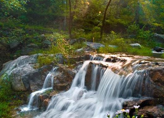 水泉溪自然风景区位于灵寿县南营乡木佛塔村境内,由云顶草原观花区,神