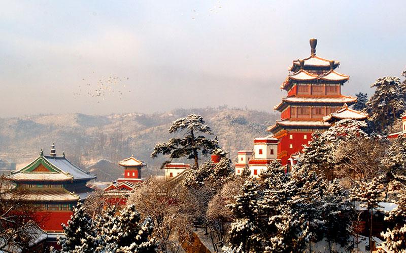 普宁寺建于清朝乾隆时期,是由乾隆皇帝为会盟的蒙古王公修建的一座藏传佛教寺庙。整个寺庙建筑恢宏精美,可以前来参观、拍照。寺内曾有众多的高僧造访加持,来此拜佛祈福也十分不错。   普宁寺的规模很大,纵深约有250米左右,宽约有130米,在寺内步行参观、拜佛大约需要2小时左右。   建议游览路线:普宁寺入口--碑亭--天王殿--大雄宝殿--曼陀罗--大乘之阁--普佑寺--普宁街(出口)。   寺院的建筑十分独特,前院内均是汉式建筑,这里有传统的中式山门、天王殿、配殿和大雄宝殿等建筑。  而后院则是典型的藏式建